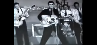Elvis Presley – Heartbreak Hotel (1956) (vidéoclip & paroles)